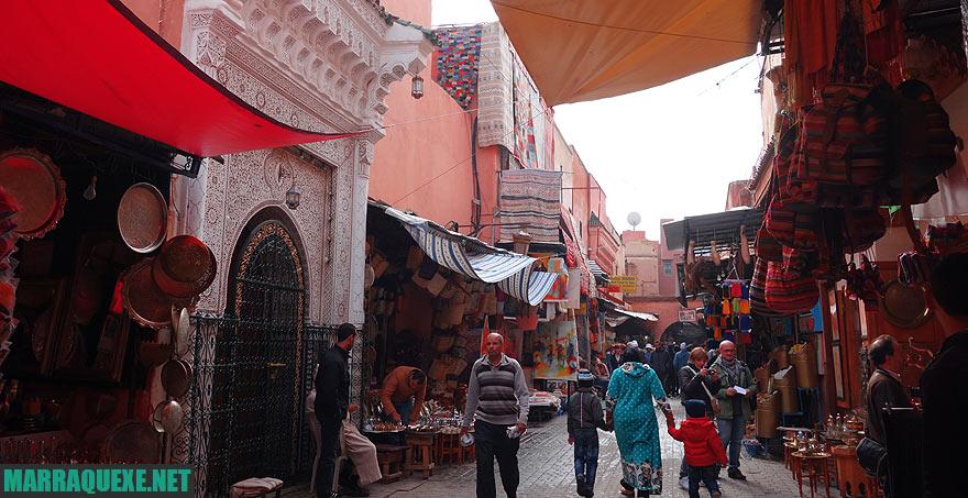 Andar pelos mercados da antiga Medina em Marraquexe