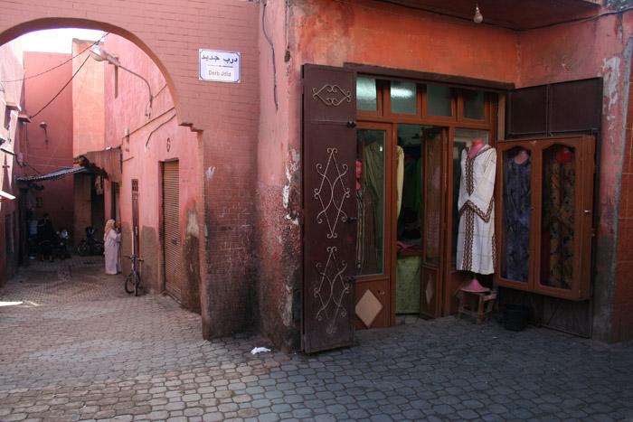 Ruas de Marraquexe com uma loja de roupa